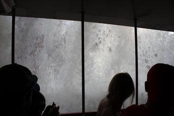 まわりから大量の水が流れ落ちてきて水に飲まれる