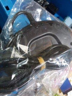 輪ゴムでケーブルが縛られたメガドラパッド