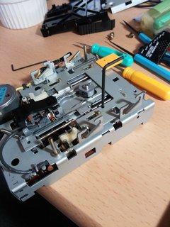 穴の位置を合わせて固定してから回転軸の金具を調整