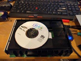 特殊なデータを焼いたCDをセット