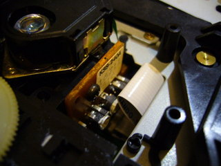 ピックアップが外周にいった際に折り畳まれてはさまるフレキケーブル