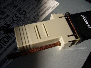 腐食したRJ45 - DSub9ピン変換アダプタの金属部分