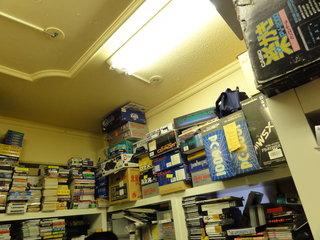 うずたかく天井まで積み上げられた家庭用ゲーム機やレトロPC