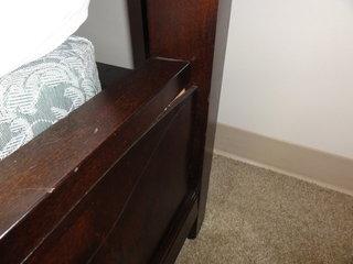ベッドのフレーム割れてるし