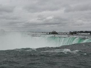流れ落ちる大量の水
