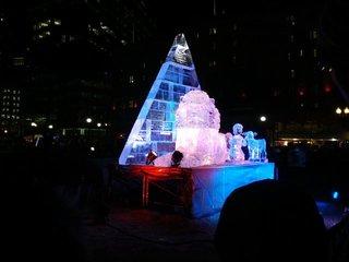 ライトアップされた氷の彫像